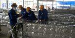 Công nhân kỹ thuật thi công lắp đặt hệ thống điều hòa không khí